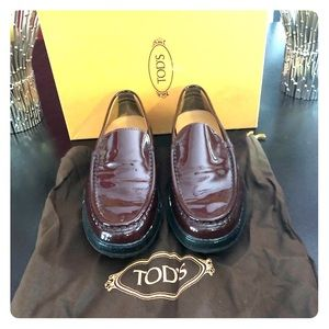 TODS DRIVING MOCCASINS - DARK RED PATENT LEATHER